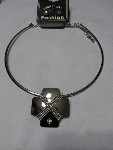 Silver choker set with detachable design